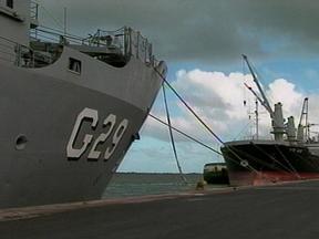 Está atracado no Porto de Rio Grande, RS, navio de desembarque de carros de combate - 34 alunos da Escola de Formação de Oficiais da Marinha Mercante estão em treinamento, observando as tarefas da rotina.