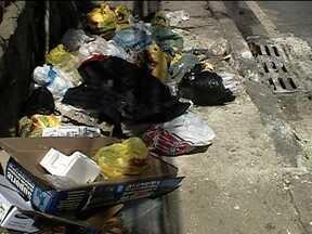 Lixo largado nas ruas prejudica escoamento de água no Rio - Além das falhas no serviço de coleta de lixo, a própria educação das pessoas que jogam lixo nas ruas causa o entupimento dos bueiros. Uma das consequências é a inundação de todos os verões.