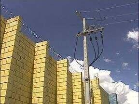 Preso escala poste e foge da penitenciária dois em Foz do Iguaçu - Em outras três fugas registradas no presídio, os detentos também escalaram o muro.