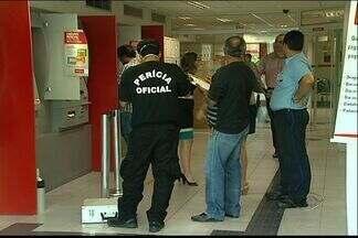 Homens arrombam caixa eletrônico de agência bancária e fogem, no ES - Ação criminosa foi registrada pelas câmeras de segurança do banco.