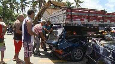 Acidente na BR-101, em Abreu e Lima, deixa duas pessoas feridas - Um carro entrou embaixo de um caminhão e precisou ser cortado ao meio para ser retirado do local. De acordo com o motorista do caminhão, o carro invadiu a pista central da rodovia, que estava interditada.