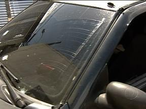 Jovem de 19 anos morre depois de atingida por bala perdida em operação do Bope na Ilha - Uma jovem foi baleada durante uma operação do Bope no Morro do Dendê. Segundo testemunhas, o carro não parou ao sinal dos oficiais. A polícia procura o motorista do carro que abandonou a jovem ferida.