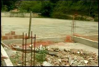 Moradores de Petrópolis, RJ, denunciam obras inacabadas - Cerca de R$ 266 mil de dinheiro público foram gastos.Obra deveria ter ficado pronta em dezembro de 2012.