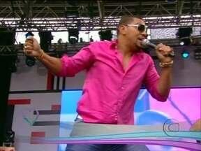 É só sucesso! Naldo canta 'Se Joga' - Cantor agita a plateia no aniversário de São Paulo