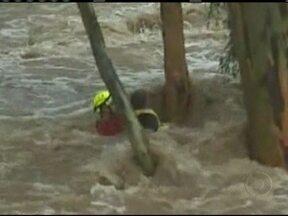 Chuvas torrenciais produzem resgate dramático na Austrália - Um bombeiro e um adolescente tentaram escapar da correnteza num riacho. Um tronco facilitou o salvamento. O garoto chegou a ser hospitalizado, mas já está recuperado.