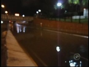 Chuva provoca alagamento nas Nações Unidas em Bauru, SP - Bauru teve meia hora de pancadas intensas de chuva na noite de sexta-feira e foi o suficiente para alagar a Avenida Nações Unidas. O acúmulo de água em um dos lados sob o pontilhão da linha do trem, perto da rodoviária ficou alagado.