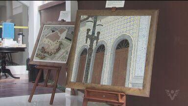 Artes em mosaico retratam pontos turísticos de Santos em exposição no centro europeu - São trinha telas que mostram pontos como a Igreja do Valongo e o Monte Serrat