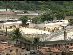 Mais de 30 presos fogem do principal presídio do Recife - O Batalhão de Choque foi chamado e houve troca de tiros. Dois agentes e cinco presos ficaram feridos. Dezesseis presos já foram recapturados.