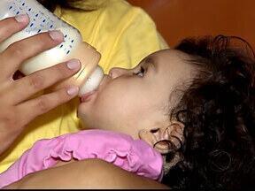 Mães reclamam da falta de leite em programa da Prefeitura de Uberlândia - Há irregularidade na distribuição do produto, segundo mães participantes.Prefeitura informou que já foi feita compra emergencial do alimento.