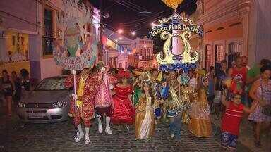 Baile Monumental agita as ladeiras da cidade alta de Olinda - Os blocos líricos fizeram um cortejo pelas ruas da cidade. O baile acontece tradicionalmente no Mercado da Ribeira.