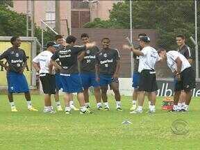 Grêmio treina para enfrentar a terceira rodada do Gaúchão - Time reserva se exercita ao lado do jogador Kléber.