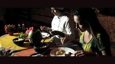 """Confira as belezas e a gastronomia de um dos lugares mais bonitos da Bahia - Quadro """"Conexão Bahia"""" que vai até a Praia da Concha em Itacaré, onde acontece o encontro do Rio de Contas com o mar. Depois de conhecer o """"Stand Arte"""" uma mistura de Stand Up Peadle com Arte, Silvinha se delicia com um prato especial."""