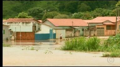 Dezoito famílias de Santana da Vargem, no Sul de Minas, são desalojadas por causa de chuva - O Ribeirão Santana subiu três metros e inundou várias casas.