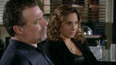 Wanda e Russo chegam à delegacia para prestar depoimento - Barros lembra a Helô que Jô não estará presente