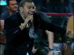 Naldo coloca a plateia para dançar com 'Amor de Chocolate' - Cantor se apresenta pela primeira vez no programa Altas Horas
