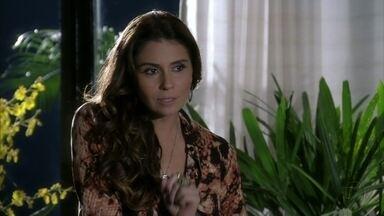 Helô estranha atitude de Morena com Wanda - Ela não consegue acreditar que a filha de Lucimar esteja envolvida com drogas e Barros desconfia de Lívia