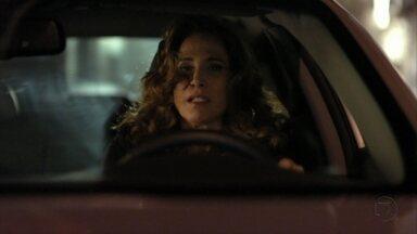 Wanda atropela Lurdinha - A traficante se distrái ao volante enquanto cuida de um dos bebês traficados