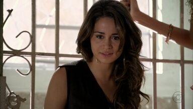 Morena comemora a prisão de Wanda - Helô fala com Lena e fica sabendo da prisão. Ela liga para a casa de Morena para tentar descobrir mais detalhes. Stenio questiona a decisão do delegado e ele conta que Wanda estava esperando um casal no quarto de hotel