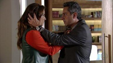 Helô discute com Stenio por causa de Wanda - O advogado afirma que só queria agradar a ex-mulher e ela diz que Wanda não é sua amiga. Stenio pede para Lena enviar flores para Helô