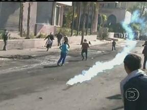 Exército do Egito alerta para colapso no governo do país - O comandante das forças armadas do Egito alertou para o colapso do Estado, caso as forças políticas do país não achem um caminho para a reconciliação. O país viveu o quinto dia seguido de violência. Opositores de Mursi desafiaram toque de recolher.