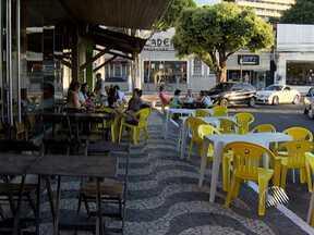 Mesas de bares e restaurantes nas calçadas atrapalham o trânsito em Salvador - Em muitos casos as mesas e cadeiras avançam até à rua.
