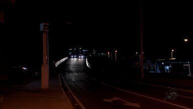 Motoristas e pedestres reclamam da falta de luz no viaduto da Avenida Maestro Lisboa - Segundo os moradores há assaltos e acidentes no local.