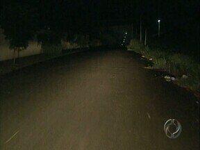 Moradores de Londrina sofrem com pontos de escuridão - Situação é bem crítica para quem mora no Jardim Alto da Boa Vista, local com vários terrenos vazios.