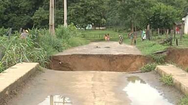 Chuva provoca transtornos no interior de Minas Gerais - O volume de água foi tão grande que em Ituiutaba, um córrego subiu quatro metros.