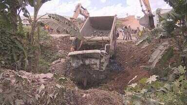 Motorista de caminhão morre em acidente na BR-101 - Caminhão que a vítima dirigia caiu em um canal, no Cabo de Santo Agostinho.