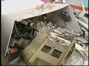 Caixa automático é destruído após explosão em Santa Maria da Serra, SP - Durante a madrugada desta quarta-feira (30), os ladrões destruíram o posto de atendimento, que fica no Terminal Rodoviário.