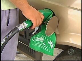 Preço da gasolina é reajustado nos postos em Bauru, SP - A gasolina e o óleo diesel estão mais caros a partir desta quarta-feira. Nos postos de Bauru os preços já foram reajustados. Com o aumento, o valor do frete também pode subir.