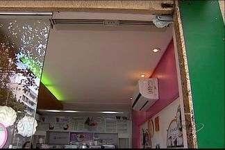 Suspeitos arrombam restaurante e iogurteria em bairro nobre de Vitória - Estabelecimentos ficam na mesma rua, na Praia do Canto.
