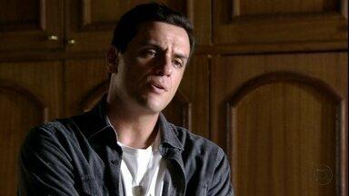 Théo exige que Morena conte o que está escondendo - Ele fica furioso quando descobre que a namorada pretende se encontrar com Lívia. Érica lamenta o jeito como agiu com Théo