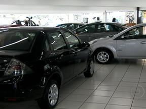 Concessionárias apostam em promoções para atrair clientes - Quem deixou para comprar o carro novo no começo do ano está comemorando. As concessionárias apostaram nas promoções para atrair os clientes. As vendas de carros novos aumentaram nesse mês. A expectativa dos fabricantes é de crescimento.