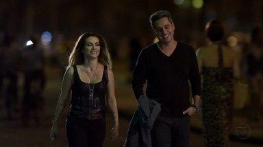 Stenio e Bianca se encontram - Ela convida o advogado para tomar um vinho e percebe o nervosismo dele
