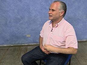 Especialista ensina técnica de meditação para aliviar dores nas costas - Fernando Bignardi, médico gerontólogo, mostra técnica baseada no apoio dos pés, na respiração e na criação de um eixo imaginário conectando chão e céu.