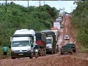 Excesso de água transforma em atoleiro trecho da Rodovia Transamazônica no Pará - No trecho da rodovia que corta o município de Marabá, os motoristas perdem horas tentando tirar os veículos da lama. Sem poder seguir viagem, dezenas de caminhões estacionam às margens da estrada.