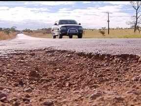 Motoristas enfrentam buracos na DF-290 - Em alguns pontos o asfalto não existe mais. Também faltam placas de sinalização. O Departamento de Estradas de Rodagens disse que a estrada seria duplicada neste ano, mas ainda não sinal de obra.