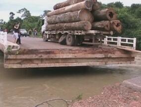 Ponte na BR-425, próximo a Nova Mamoré, rompeu - O motivo seria o nível do igarapé e das força das águas que aumentaram devido as fortes chuvas.