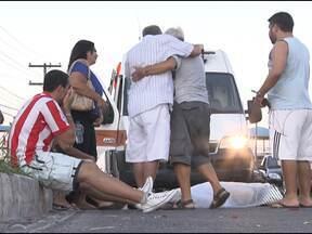 Idoso morre atropelado na Avenida Paralela - Segundo testemunhas, a vítima tinha acabado de trocar o pneu do carro quando foi atingido por uma caminhonete.