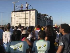Grupo de católicos desfilam no bloco 'Verão Elétrico' em Lauro de Freitas - O desfile foi na tarde de domingo, na praia de Ipitanga.