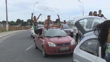 Foliões se expõem ao perigo em festas de carnaval no AM - Foliões se expõem ao perigo em carreatas de bandas de carnaval. Neste domingo, muitos arriscaram a vida em cima de carros.