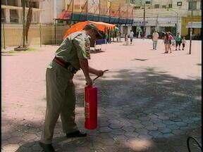 Jornal do Almoço vai às ruas descobrir se as pessoas sabem manusear extintores de incêndio - Bombeiros também mostram os cuidados necessários e ensinam como usar o extintor.