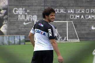 Pato treina cobranças de pênaltis no treino do Corinthians - O aproveitamento do craque foi quase perfeito.