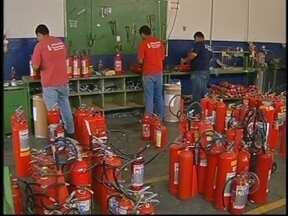 Venda de extintores cresce 60% em Marília, SP, depois de tragédia no RS - Em Marília, a venda de extintores aumentou 60% nos últimos dias depois da tragédia que matou mais de 230 pessoas em Santa Maria, no Rio Grande do Sul. Mas além de ter o equipamento é preciso saber usá-lo.