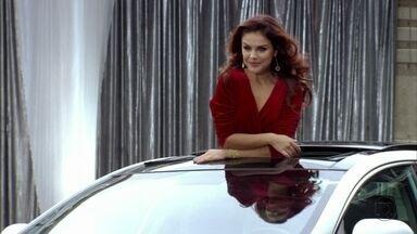 Rosângela fotografa para campanha de carro - Irina fica satisfeita com o desempenho de Rosângela, que consegue encantar Garcez