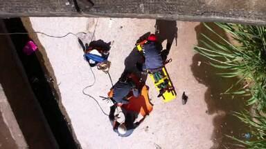 Mulher cai em leito de rio em Belo Horizonte - Segundo testemunhas, mulher se desequilibrou.
