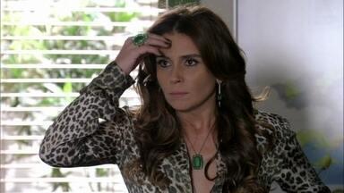 Helô fica intrigada com a morte de Santiago - Lívia repreende Wanda por ter contrariado suas ordens. Jô sugere que Helô busque informações sobre Santiago com Stenio