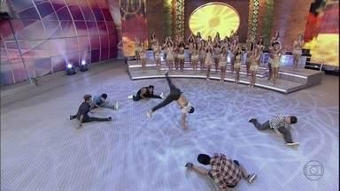 Grupo de hip hop arrasa com apresentação incrível no palco do Domingão - Kassiano, Kleberson, Kleson, André e Leoni mostram muita habilidade nas acrobacias