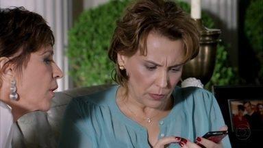 Rachel desconfia da fotografia que encontrou no seu celular - Ela mostra para Aída a foto em que aparece outra pessoa no banheiro onde Jéssica morreu